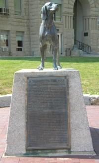 Monumento em homenagem a George G. Vest, construído em 1958, em frente ao tribunal do Condado de Johnson, na cidade de Warrensburg, Missouri, Estados Unidos (foto: reprodução / Wikipedia)