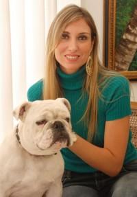 Maria Cláudia e Elvis, seu Bulldog Inglês (foto: Alessandra Okazaki)
